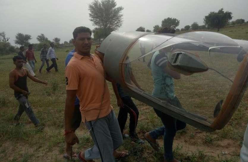 हार्ट पेशेंट महिला के खेत में गिरा पायलट, बीपी बढ़ा तो बेटी दौड़कर दवाइयां लेकर आई