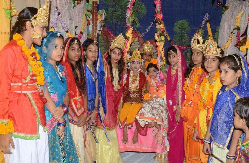 कृष्ण जन्मष्टमी पर मंदिरो में सजाई सजीव झांकीया ।
