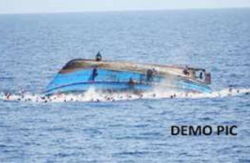 गंगा में पलटी नाव, गोताखोरों ने बचायी 15 की जान