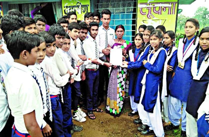 माहुद मचांदुर विद्यालय के छात्र-छात्राओं ने सरपंच व पंचों को शिकायत पत्र सौंपा