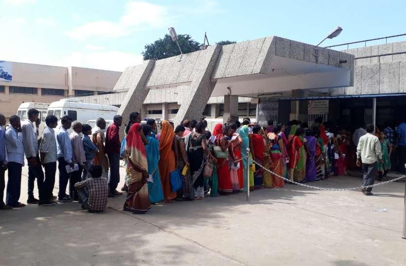 संजय गांधी हॉस्पिटल: ओपीडी में डेढ़ बजे दवा का काउंटर बंद, दोपहर दो बजे से कैजुअल्टी के सामने मरीजों की लगी कतार