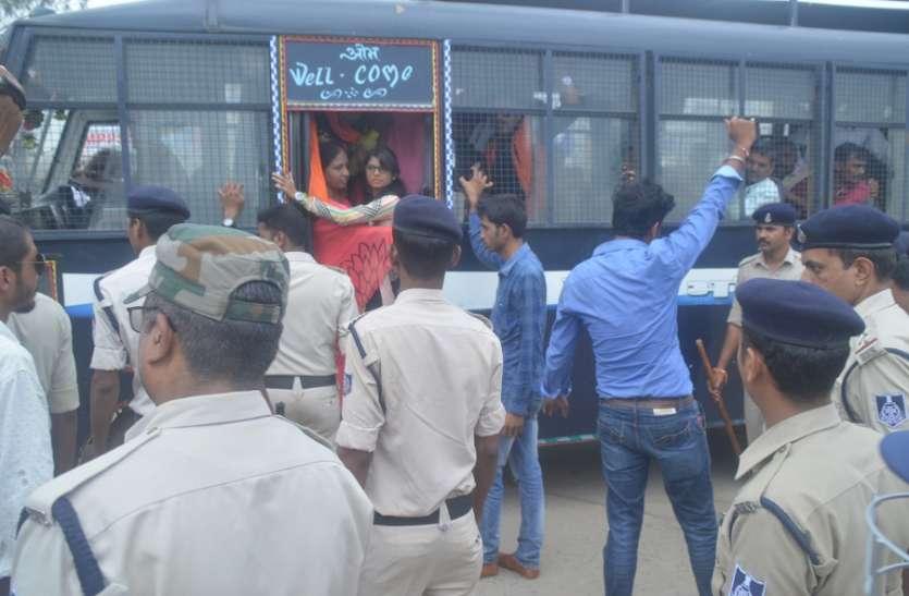 हत्या के आरोपियों को पकडऩे लगाया जाम, दर्जन भर लोगों को पुलिस ने किया गिरफ्तार