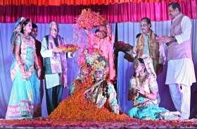 उत्तर-प्रदेश के मुख्यमंत्री योगी आदित्यनाथ और राज्यपाल ने खेली फूलो की  होली देखें वीडियो