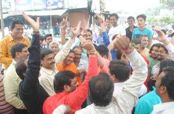 भाजपा के धरने में सपाक्स ने दिखाए काले झंडे