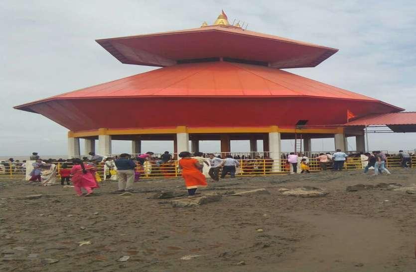 शिव मंदिरों में लगी भक्तों की भीड़