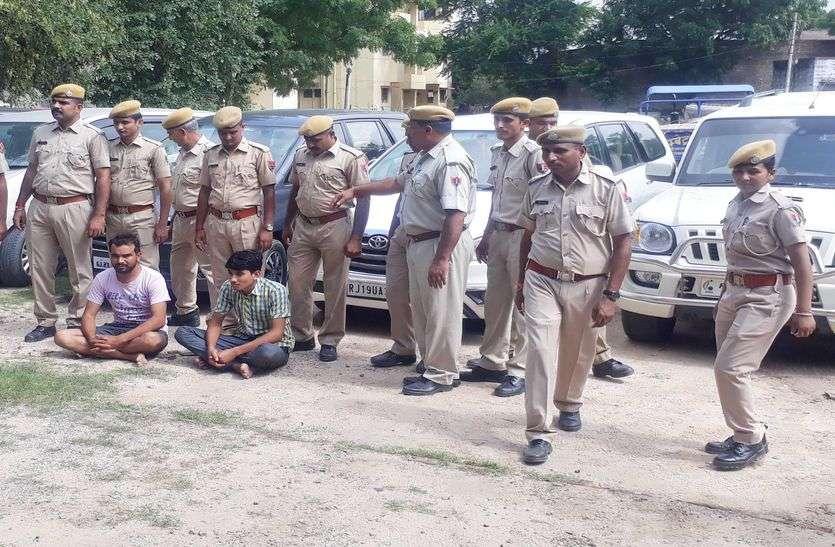 शिक्षक के भूखंड में तस्करों का अड्डा, पुलिस दबिश में मिली शराब, 7 लग्जरी गाडिय़ां जब्त, चार जने गिरफ्तार