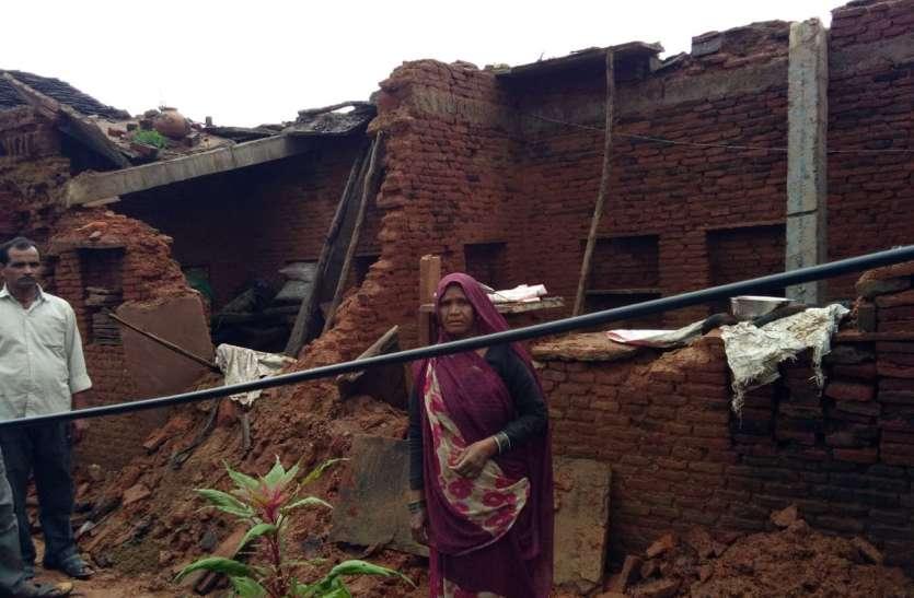 बारिश बनी आफत, ढह गए गरीबों के आशियानें