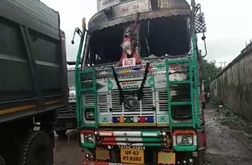 खड़े ट्रक में लगी आग, ड्राइवर की जलकर मौत