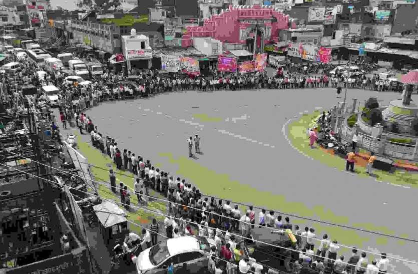 लिपिक ने की सोशल मीडिया पर आपत्तिजनक पोस्ट, गांधी चौराहे पर लगाया जाम