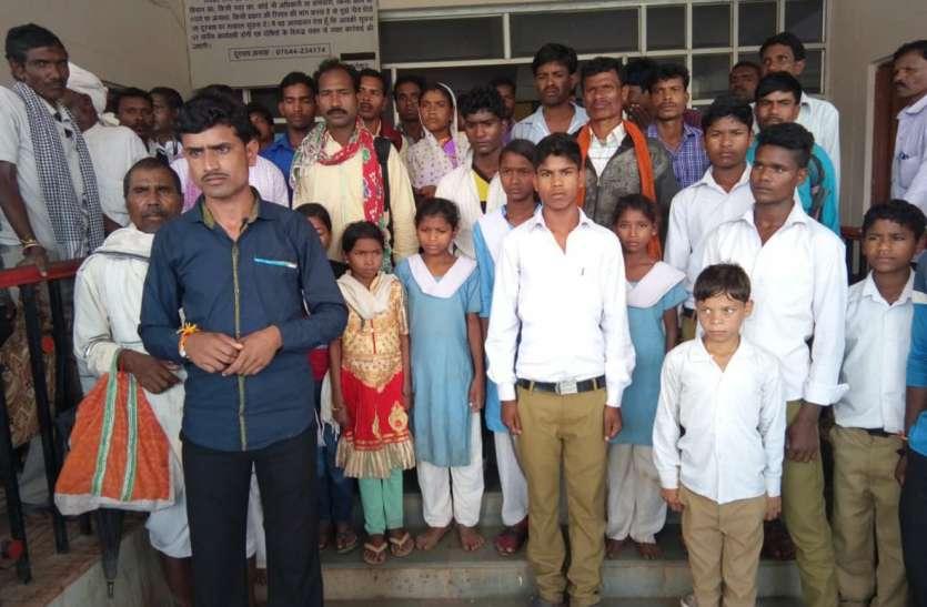 सडक और पुलिया के अभाव में शिक्षा से वंचित छात्र