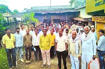 किसानों ने सोसायटी के सामने किया हंगामा