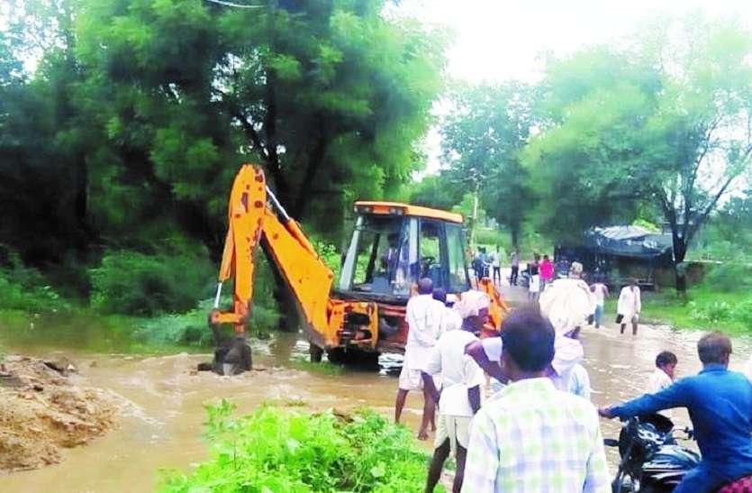 मुख्य सड़क पर पानी भराव की समस्या का किया समाधान