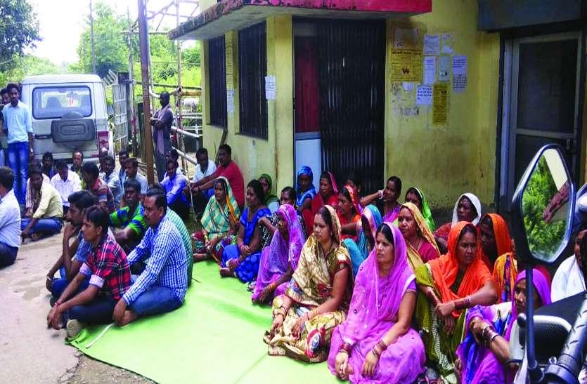 दर्री जोन की बदहाल विद्युत व्यवस्था के विरोध में वार्डवासियों ने दिया धरना, घंटों बैठे रहे दफ्तर के बाहर