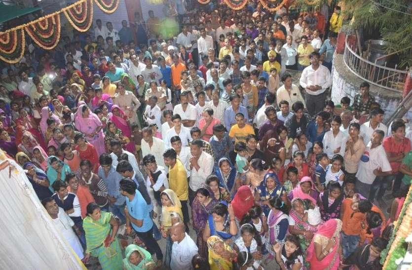 जन्मे कृष्ण कन्हाई, बजी बधाई