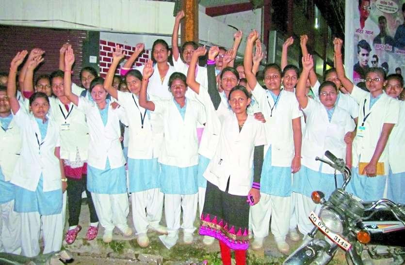 कलेक्टर ने भेजा था नर्सिंग छात्राओं को, सिरफिरे ने तलवार लेकर दौड़ाया