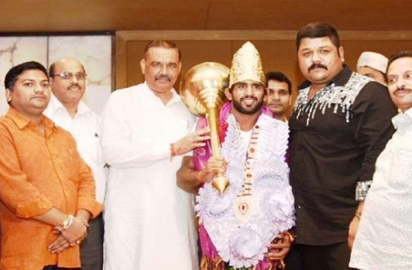 सोना जीत भारत लौटे बजरंग पुनिया को स्वर्ण मुकुट से किया गया सम्मानित