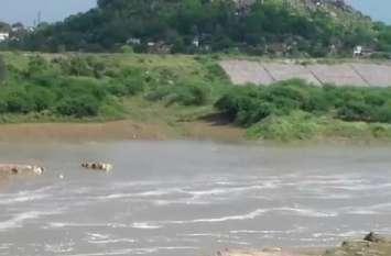 लगातार बारिश से यमुना नदी का बढ़ा जल स्तर, खतरे के निशान पर बह रही केन नदी