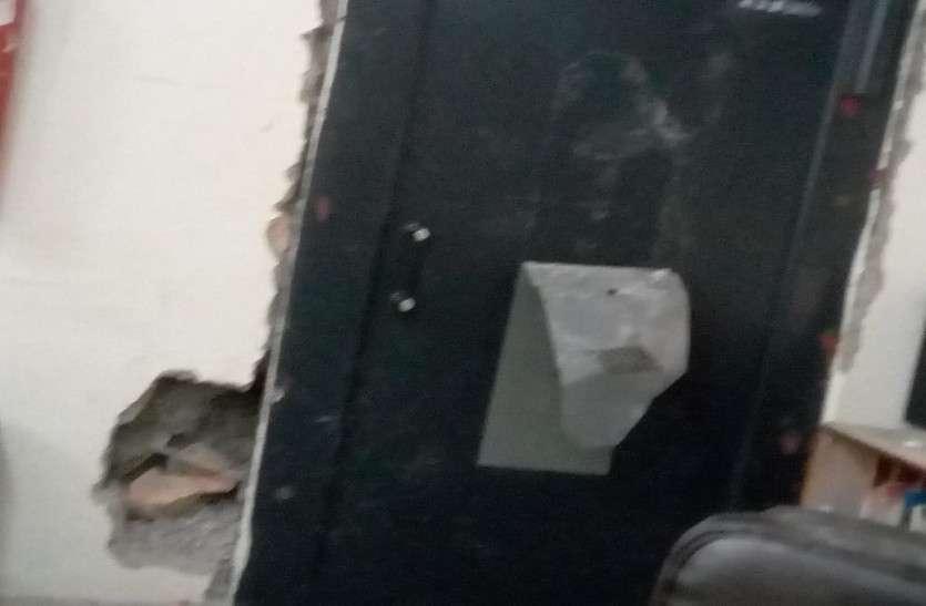 दीवार से पत्थर निकाल बैंक में पहुंचे चोर, तिजोरी तोडऩे का प्रयास