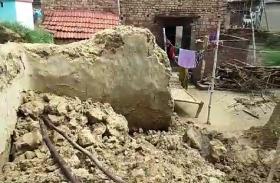 लगातार हो रही बारिश से गिरे कई कच्चे मकान, खुले आसमान के नीचे रहने को मजबूर लोग