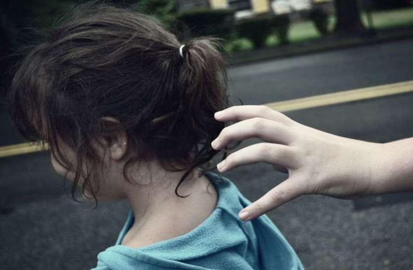 अकेला देख आठ साल की बच्ची को चोटी पकडक़र ले गया नशेड़ी और फिर...