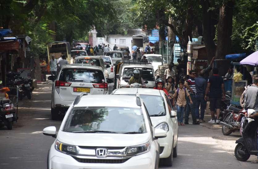 उदयपुर में यातायात पुलिस ने अचानक बिना सोचे -समझे ऐसा फरमान किया जारी.. जिससे पर्यटकाेें को झेलनी पड़ रही ये  परेशानी..