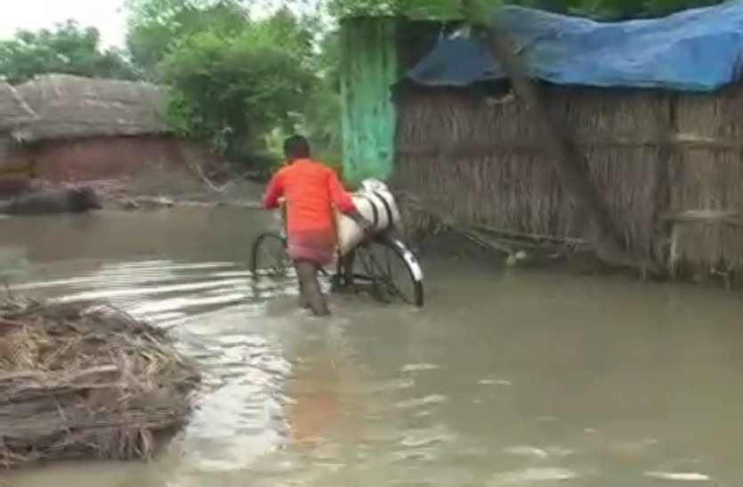 रामगंगा और गंगा नदी के बढ़े जलस्तर से बाढ़ का कहर, चावल खाकर सोने की मजबूर