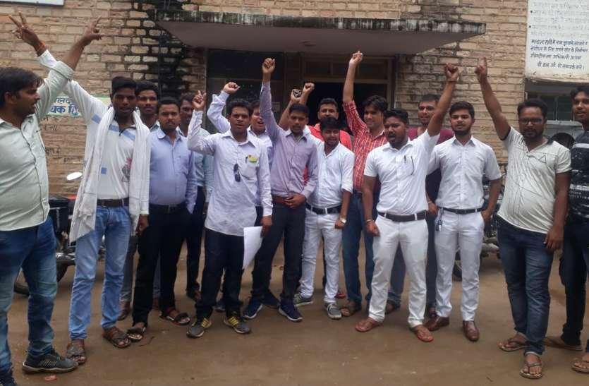 दलित युवाओं ने तहसील में किया विरोध-प्रदर्शन