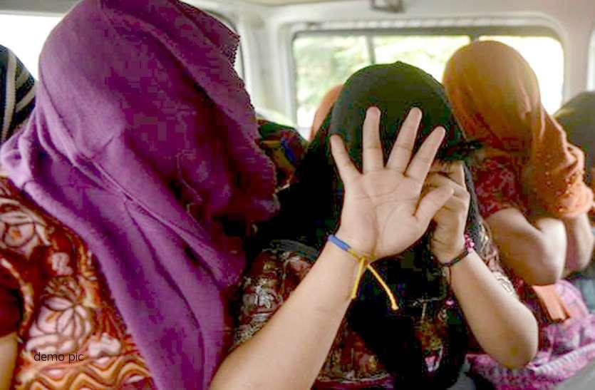 महिलाओं को बाथरूम में बंद कर दलाल करता था एेसी गंदी हरकत, 3 आरोपी ने पुलिस को बताई ये बात तो..