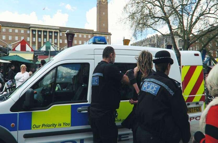 ब्रिटेन: आतंकवादी गतिविधियों की फंडिंग के आरोप में 3 महिलाएं गिरफ्तार