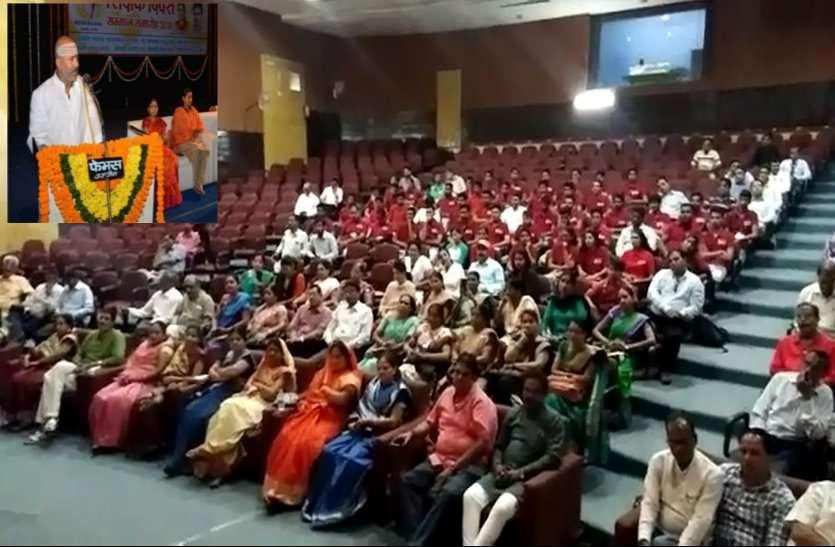 ये क्या ! शिक्षक सम्मान समारोह का ऐसा मजाक, खाली पड़ी कुर्सियों को दिया उपदेश...देखें वीडियो