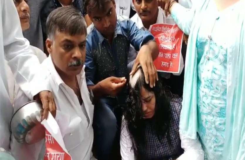 शिक्षक दिवस पर वित्तविहीन शिक्षकों ने मुंडवाया सिर, मनाया 'भिक्षक दिवस'