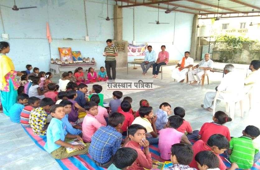 धार्मिक स्थल पर पाठशाला खोलकर युवा दे रहे हैं आखर ज्ञान की शिक्षा