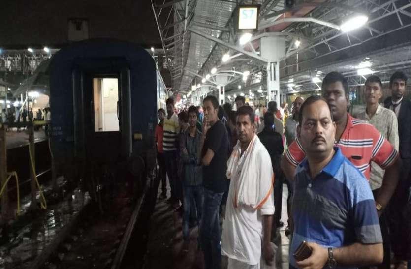 बान्द्रा-जयपुर एक्सप्रेस के एस-सात कोच में हॉट एक्सल
