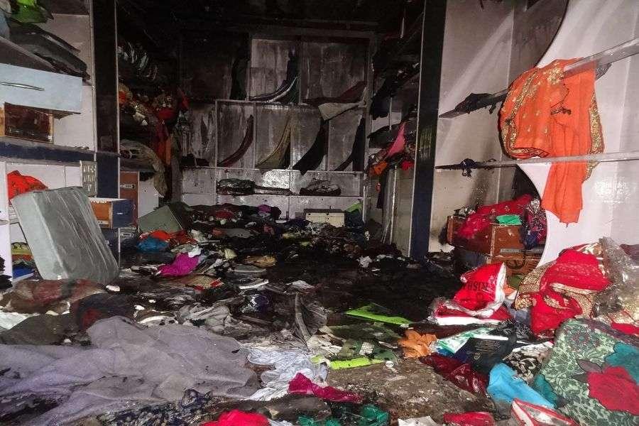 दुकान में भीषण आग, लाखों का कपड़ा हो गया राख