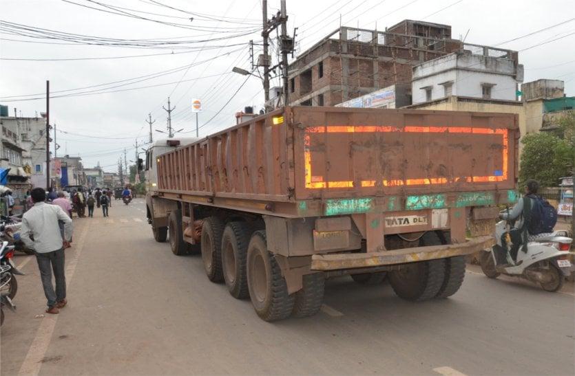 स्कूल टाइम में निकल रहे भारी वाहन, नो एंट्री का नहीं हो रहा पालन