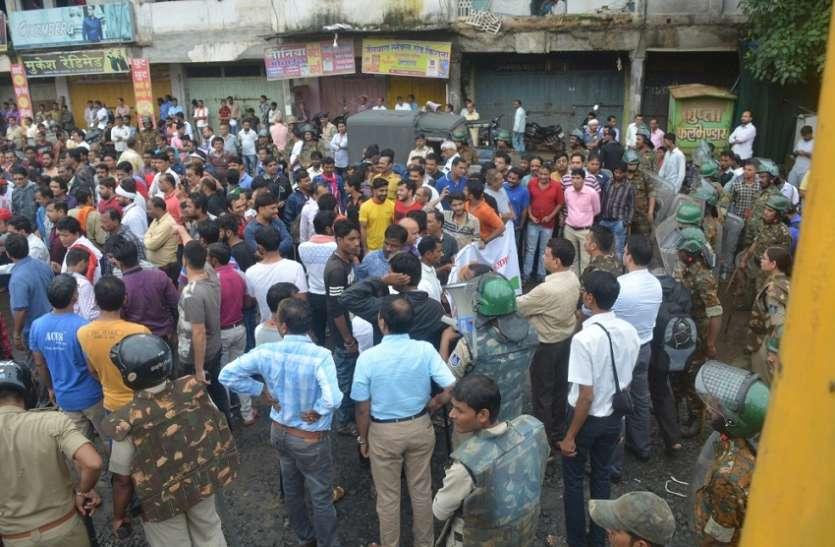 जिले भर में रहा बंद का असर, महिलाएं भी उतरी सड़क पर