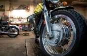 इस वजह से धुंआ देती है आपकी बाइक, अवॉइड किया तो इंजन हो जाएगा ख़राब