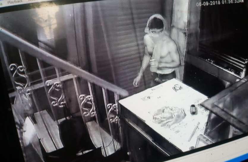होटल की खिडक़ी तोडक़र चोरी करने घुसा चोर सीसीटीवी में कैद
