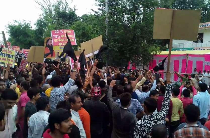 भाजपा के सांसद,मंत्रियों को दिखाएं काले झंडे, सीएम के विरोध में नारेबाजी, एससी-एसटी एक्ट का विरोध