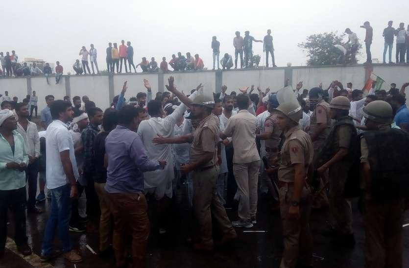 राफेल डील पर यूथ कांग्रेस का हल्ला बोल, पुलिस ने भांजी लाठियां, वाटर कैनाल से फेंका पानी