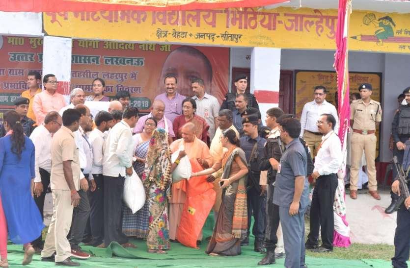 सीएम योगी आदित्यनाथ ने बाढ़ ग्रस्त क्षेत्रों का किया दौरा,बांटी राहत सामग्री