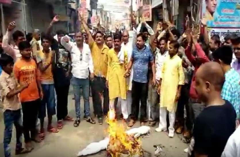 Bharat Bandh : एससी-एसटी एक्ट के विरोध में इटावा-बरेली हाईवे जामकर लोगों ने किया जमकर प्रदर्शन, पुतला भी फूंककर की नारेबाजी