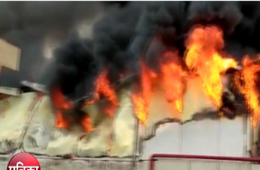 नोएडा सेक्टर-59 में गारमेंट फैक्ट्री में भीषण आग से लाखों का नुकसान