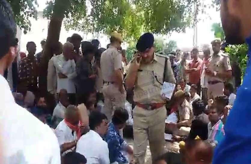 भाला फेंकने से छात्र की मौत का मामला: पांच घंटे हंगामे के बाद उठाया शव, स्कूल प्रबंधक और शिक्षकों की गिरफ्तारी की मांग