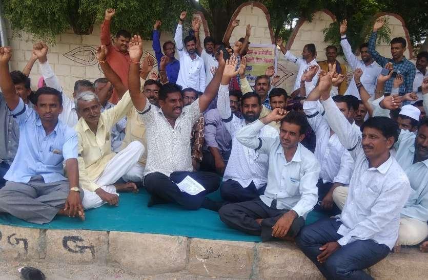 पैराटीचर्स, शिक्षाकर्मी, मदरसा पैराटीचर्स संयुक्त संघर्ष समिति ने दिया धरना, मांगों को लेकर प्रदर्शन
