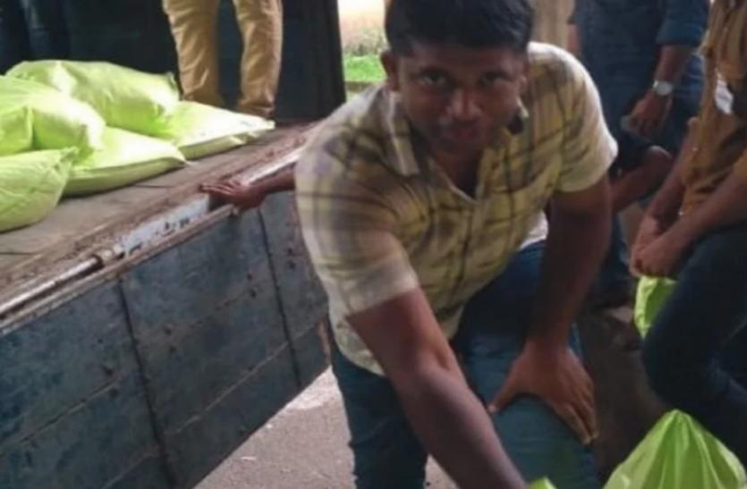 केरल की मुश्किल घड़ी में 8 दिनों तक मजदूरों की तरह खटता रहा ये IAS अधिकारी, पहचान छिपाकर दिन-रात की मदद