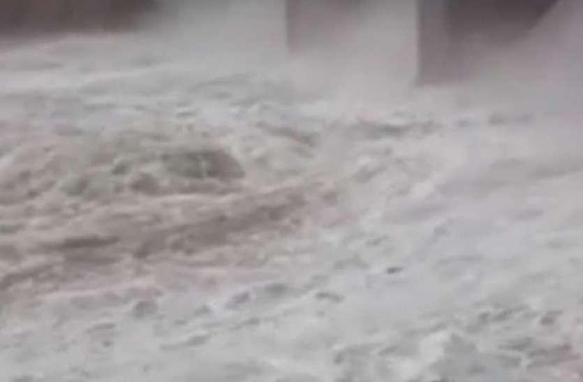 करौली- नदी के तेज पानी में बहा युवक, बचाव दल कर रहा तलाश