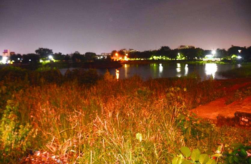 बारिश में सड़कें हुई लबालब, तालाब फिर भी खाली, करोड़ों खर्च करने के बाद भी नही बनी निस्तारी की सुविधा