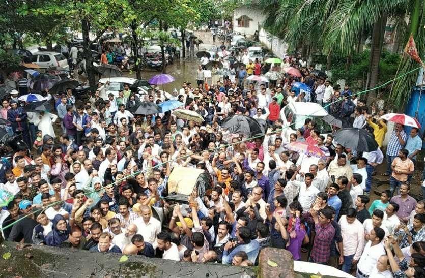 भारत बंद : सैकड़ों सवर्ण पहुंचे तहसील, रास्ते हुए जाम