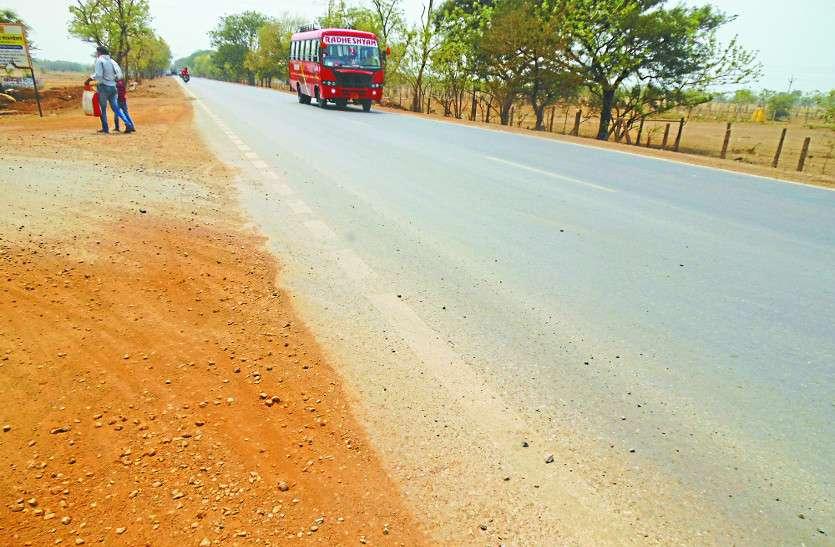 करोड़ों की लागत से बनी सड़क कुछ ही महीनों में धंसने लगी, लगातार हो रहे हादसों के बावजूद नहीं हो रही कार्रवाई
